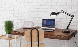 bureau aan muur